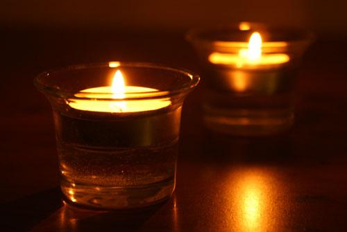 Hasil gambar untuk ruangan gelap dengan lilin